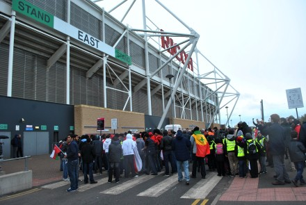 Torcedores de Oma e Senegal na frente do City of Coventry Stadium - Foto: Melissa Becker